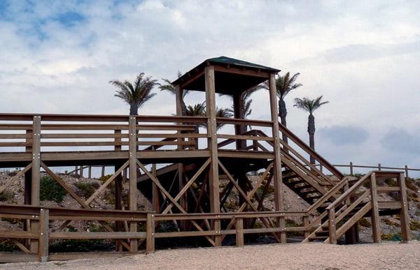 escaleras de madera acceso a playa
