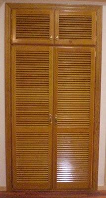 Armario y vestidores de madera for Cortinas para puertas de armarios